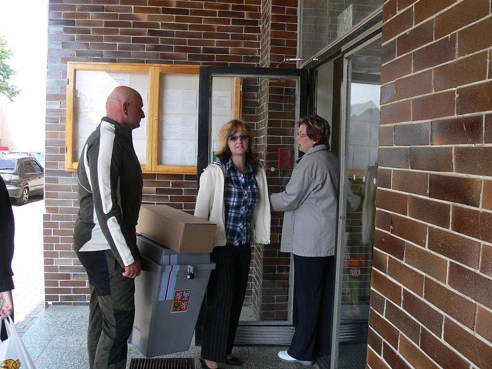 Přenosná volební urna pro odsouzené ve věznici.
