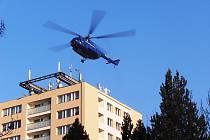 Nákladní vrtulník nad jičínským věžákem.