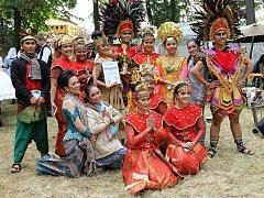 Miss festivalu z Indonésie se svým souborem.