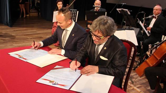 Jičínská delegace se zúčastnila oslav dvacetiletého výročí vzniku okresu Swidnica. Zástupci obou samosprávních celků podepsali memorandum o další spolupráci.