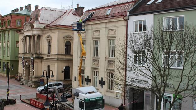 Příprava na odstranění sutě z půdy jičínského Masarykova divadla.
