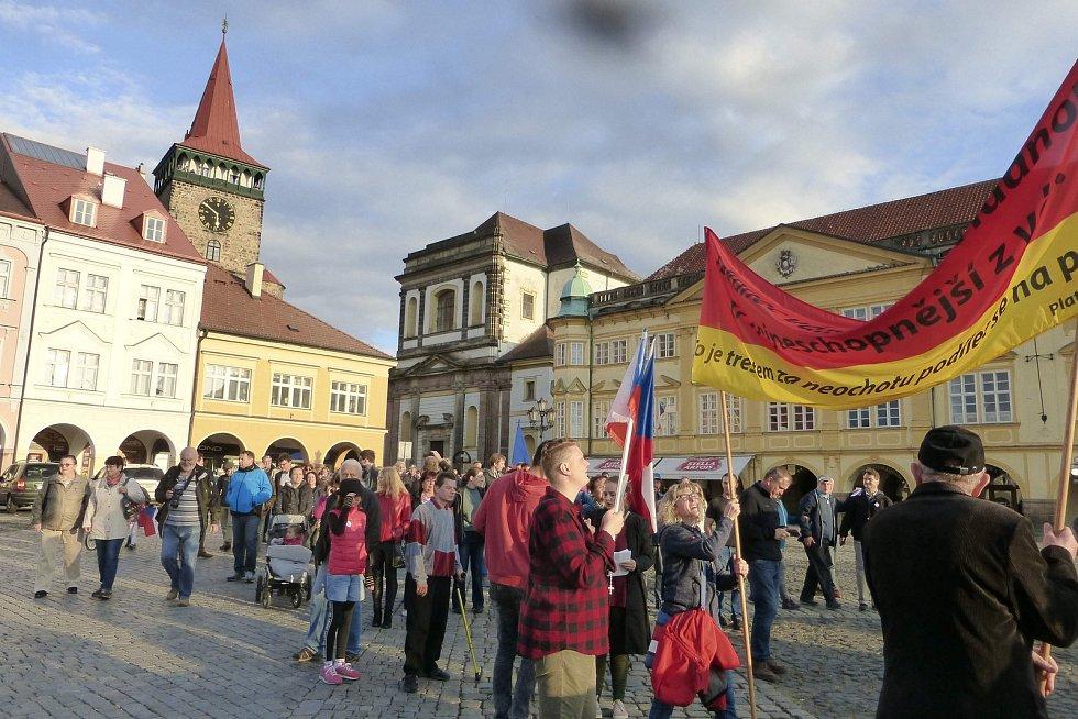 Stovka lidí se sešla v sobotu v centru Jičína na shromáždění svolaném Milionem chvilek pro demokracii.