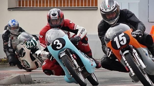 BOJ O PRVENSTVÍ při posledním závodě sezóny v Kyjově. Vpravo Eda Klimek, Antonín Plevák se startovním číslem  3.