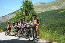 Účastníci putování v pohoří Komovi, Ivan Pírko zcela vpravo.