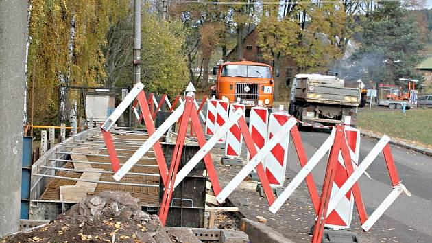 Oprava mostu při vjezdu do Staré Paky.