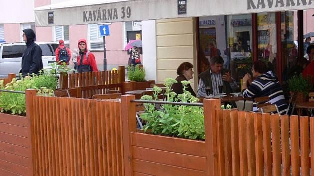 Nová zahrádka u restaurace na jičínské pěší zóně.