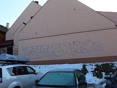 Poškozená fasáda libáňského kulturního domu.