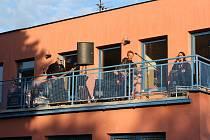 Barbarela koncertovala na střeše.