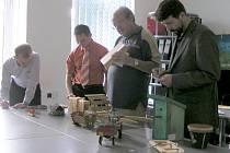 Členové poroty při hodnocení výrobků.