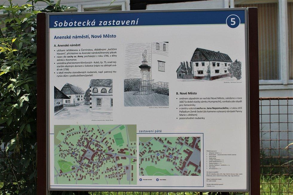 Celá Sobotka je památkovou rezervací. Jen pár kroků od náměstí lze vstoupit do úplně jiného světa plného roubenek a měšťanských domů s výhledem na Humprecht.