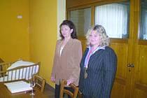 Lenka Svobodová (vpravo) při vítání občánků.