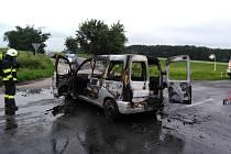 Auto vzplálo plameny, řidiče odvezla záchranka.