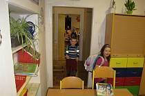 SPOŘÁDANĚ PROJÍT. Aby se žáčci dostali do zadní místnosti, musí nejen překonat třídu svých vrstevníků, ale i kabinet.