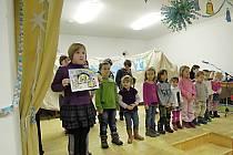 Program jičíněveských dětí před rozsvěcením stromu.