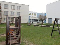 Součástí komplexu mateřinky a základní školy je i sportovní hala, vybudovaná v roce 2009 za pomoci evropských peněz.