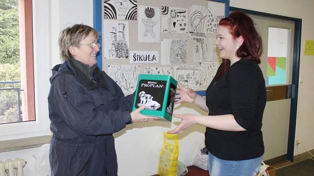 Lidé přišli podpořit pejsky nejen nákupem ošacení, ale mnozí jim přinesli i pamlsky. Převzala je Zuzana Romanová.