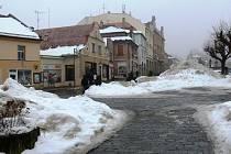 Masarykovo náměstí ještě se zbytky sněhu.