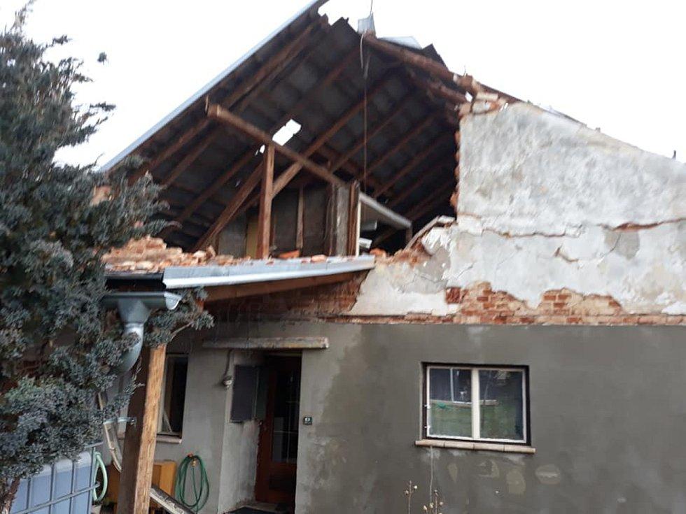 Orkán Sabine zbořil štít u jednoho z domů v Miletíně a odnesl část střechy.