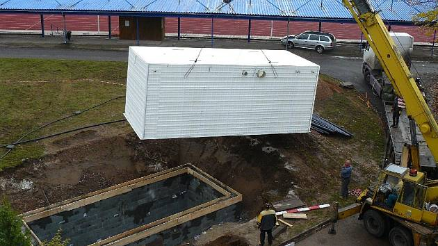 Osazování akumulační nádrže u Aquacentra v Jičíně.