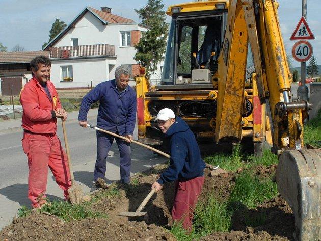 Výstavba vodovodu v Chomuticích.