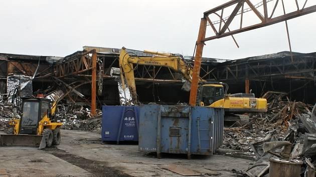 Demolice části areálu Milety po požáru.