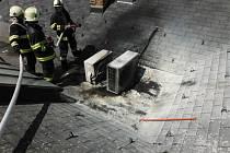 Požár klimatizace na střeše v Hořicích.