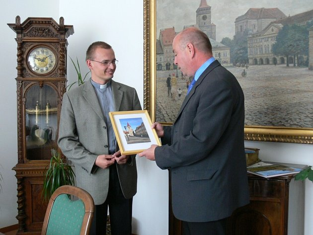 Jičínský starosta Martin Puš poděkoval Petru Šabakovi za přínos pro město.