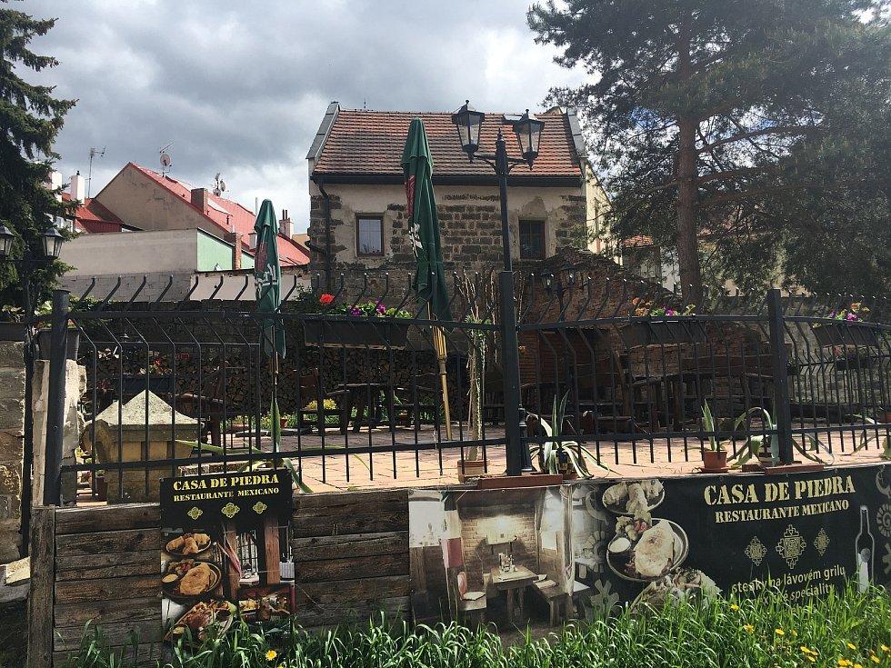 Mexická restaurace Casa di Piedra se může pochlubit velkou vyvýšenou terasou. Návštěvníkům poskytuje zároveň výhled do ulic Jičína i soukromí.
