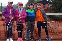 Babytenisté Tenis Nová Paka - zleva: Monika Kyselová, Eliška Drašarová, Jan Sláma a Petr Dlabola, chybí Eva Chrtková.