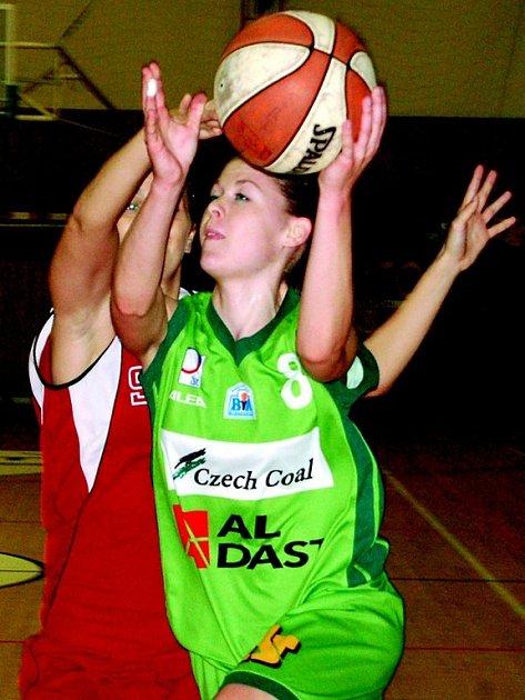 Iveta Urbanová v zápase s pražskou Spartou zaznamenala dvaatřicet bodů a nemalou měrou tak přispěla k překvapivému vítězství strakonických basketbalistek.