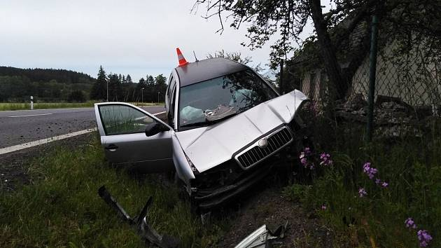 Vozidlo narazilo do betonového mostku.