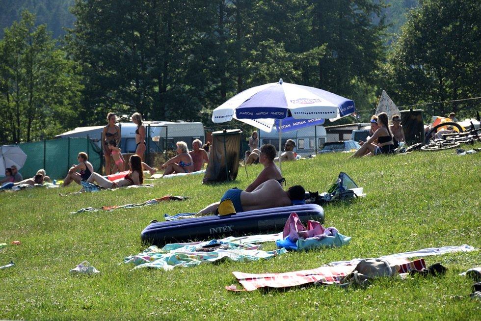 První letošní tropický víkend vyhnal davy lidí z rozpálených měst k přírodnímu koupališti.