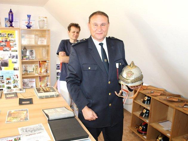 VELITEL MARTIN SVOBODA nedá na Sbor dobrovolných hasičů Vrbice dopustit. Každý člen má svou slavnostní helmu.