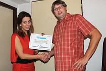 Aneta Langerová předává darovací certifikát našeho Deníku Jiřímu Skalovi.