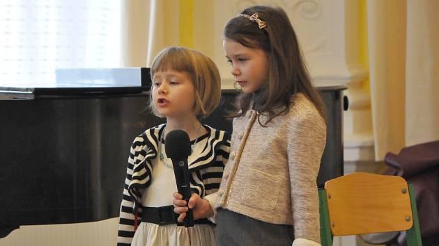 Žáci a žákyně základní školy Brána vystoupí se sborem Severáček.
