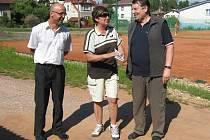 Marta Rosenbergová při přebírání čestného odznaku od Františka Vitocha (vpravo) a Rudolfa Cogana.