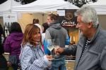 Ochutnat kvalitní víno přišly do parku stovky lidí. Foto: J. Šimek