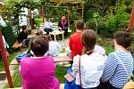 Předčítání na zahradě domu? I tak může vypadat alternativní program festivalu.