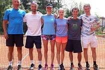 Tenis Nová Paka A - zleva Jiří Bartoš, Martin Erban, Lenka Jará, Ewa Podulka, Jan Šmidrkal a Jakub Krause.