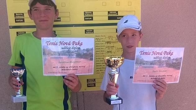 Úspěšní tenisté Lukáš Michálek a vítěz Pavel Douda.