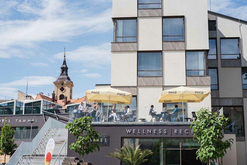Bar Terasy nabízí osvěžení a občerstvení na terase s výhledem kousek od jičínského centra.