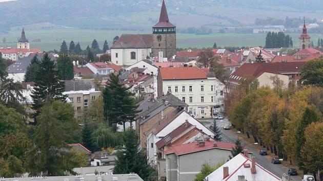 Centrum Jičína s Valdickou bránou.