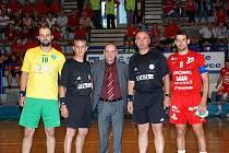PŘEDSTAVENI. Uprostřed delegát  Vattay Gergely z Maďarska, po jeho levici a pravici kosovští rozhodčí  Azerni Afrim a Bergiri Eshref. Na snímku vlevo bulharský kapitán Ventsislav Petrov a zcela vpravo jičínský kapitán Martin Bareš.