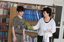 Závěr akce Čtenář roku v jičínské knihovně s autogramiádou Ondřeje Neffa.
