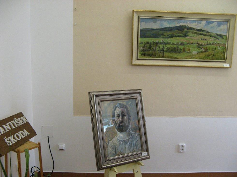 Z vernisáže výstavy obrazů Františka Škody v kopidlenské knihovně.