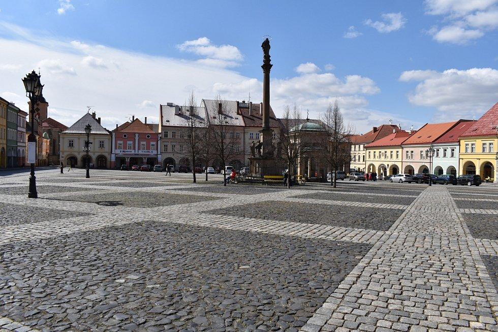 Valdštejnovo náměstí, historické centrum města, obehnané domy s podloubími, s budovou zámku. V současné době je zde na panelech umístěna výstava o Albrechtovi z Valdštejna a historii Jičína.