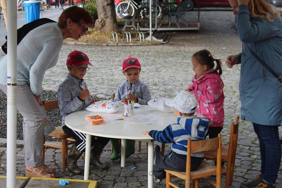 Staročeská pouť a řemeslný jarmark oživily o posledním prázdninovém víkendu peckovské náměstí.