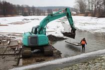Odbahnění rybníku Pardoubek v Lázních Bělohradu.
