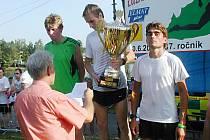 TROJICE NEJRYCHLEJŠÍCH. Ředitel závodu Jiří Kůtek předal finanční odměny vítězi  Vítu Pavlištovi, druhému Jiřímu Čivrnému (vlevo) a třetímu Martinu Berkovi (vpravo).