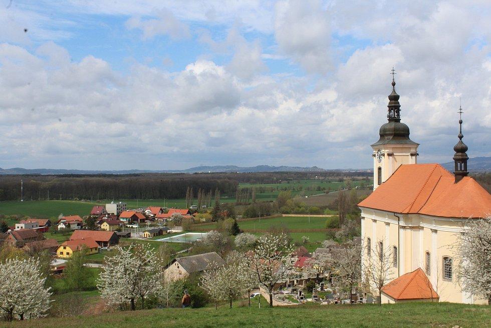 Z vrchu, na kterém stojí konecchlumský kostel, je vidět na Zebín, Veliš, hrad Trosky a za hezkého počasí až na Ještěd.